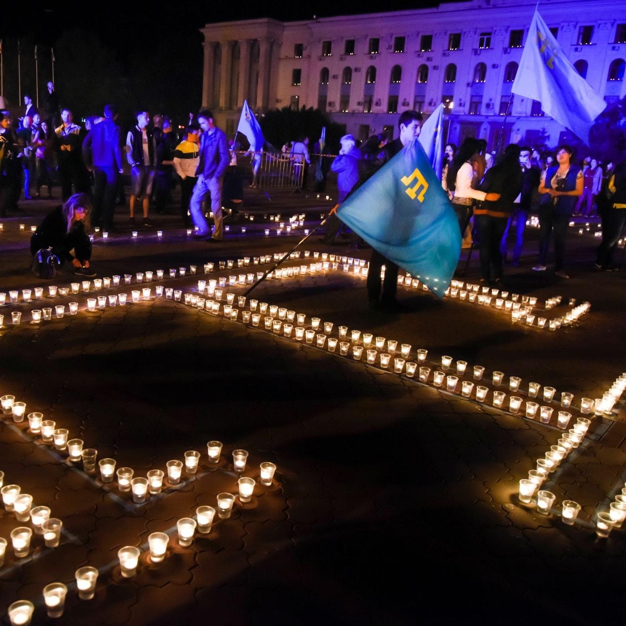 Des jeunes Tatars allument des bougies sous la forme du symbole des peuples Tatars de Crimée lors d'un rassemblement à Simferopol, le 17 mai 2015, Photo AP / Alexander Polegenko