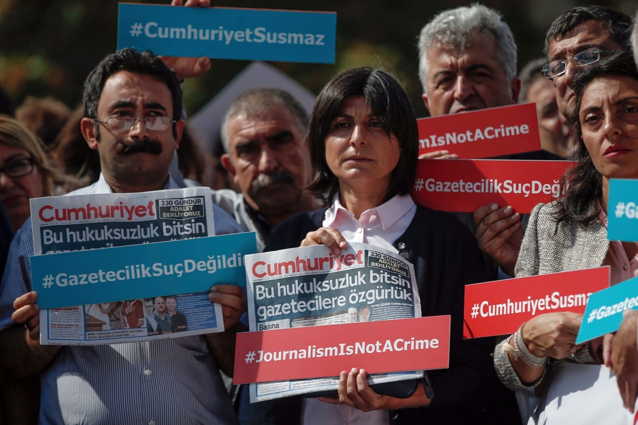 """Journalists hold copies of the """"Cumhuriyet"""" paper hours before columnist Kadri Gursel was released from Silivri prison outside Istanbul, Turkeu, 25 September 2017, AP Photo/Emrah Gurel"""