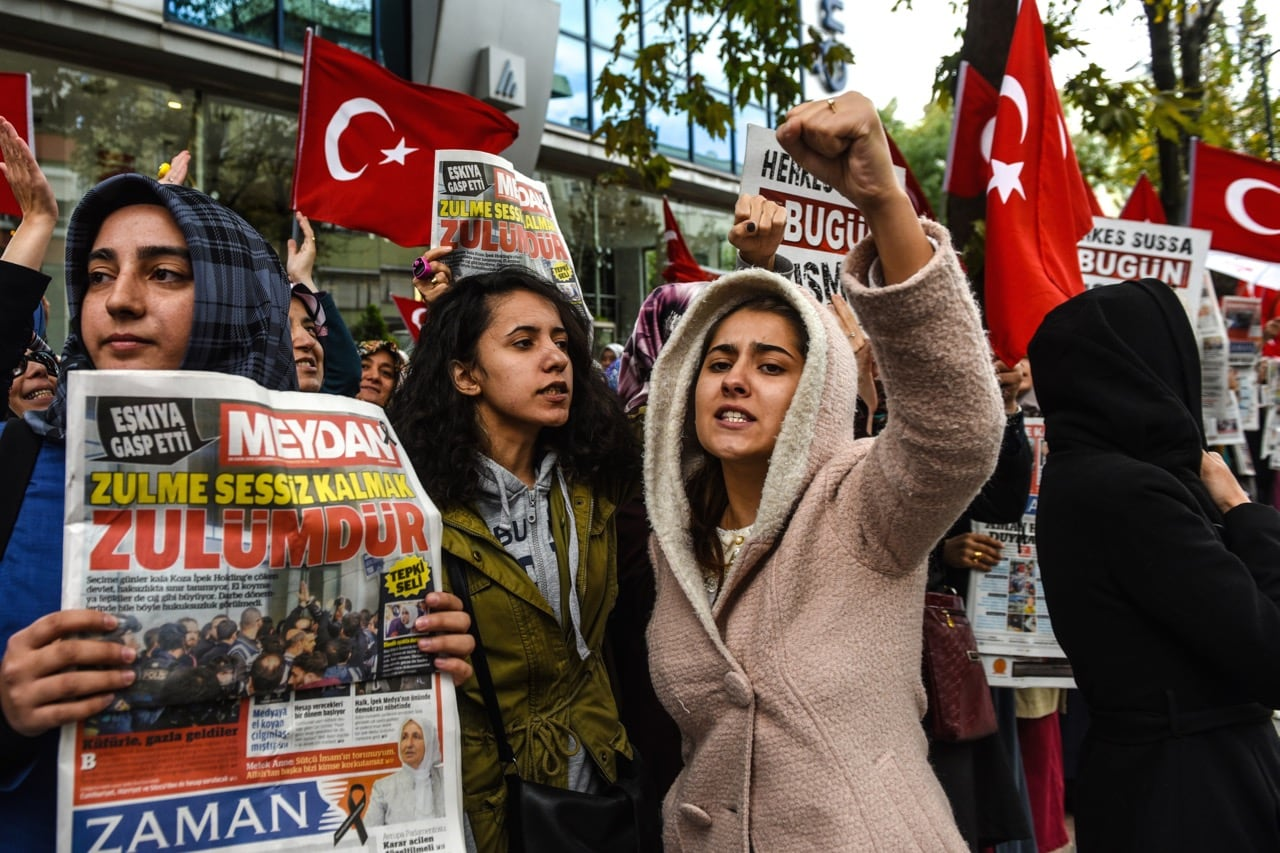 People protest outside the headquarters of 'Bugun' newspaper and Kanalturk television station in Istanbul during a demonstration against the Turkish government's crackdown on media outlets, 28 October 2015, OZAN KOSE/AFP/Getty Images