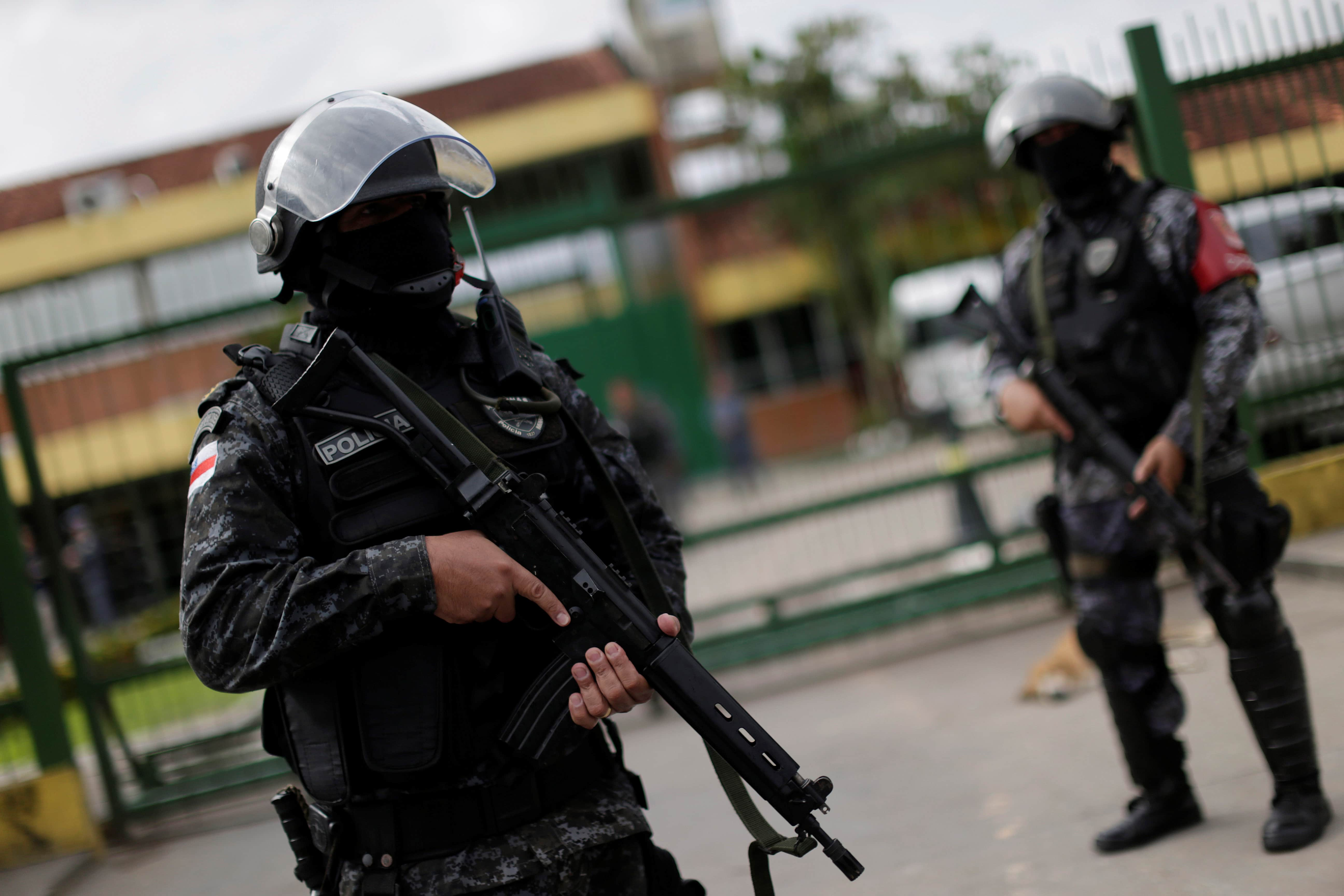 Military police are seen during a security operation outside of Puraquequara prison in Manaus, 5 January 2017, REUTERS/Ueslei Marcelino