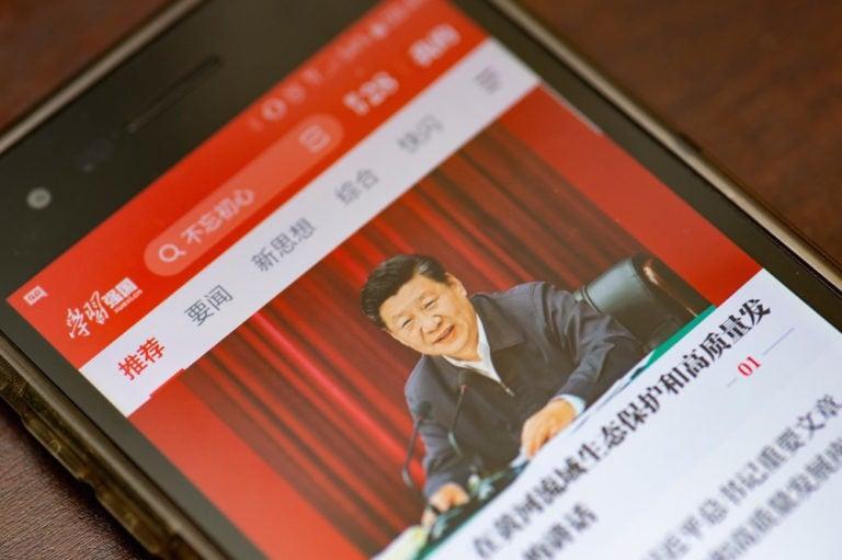 Une image du président Xi Jinping dans l'écran d'une téléphone cellulaire, le 15 octobre 2019, Yichuan Cao/NurPhoto