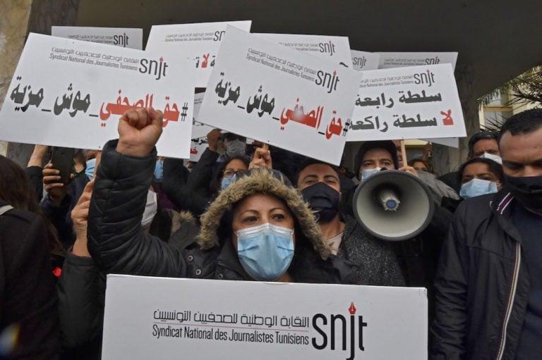 """صحفيون يرفعون لافتات كتب عليها بالعربية """"السلطة الرابعة، لا سلطة راكعة""""، و""""حقوق الصحفي موش مزية""""، كما يظهرون أمام مقر وكالة أنباء تونس إفريقيا برس (TAP)، في تونس العاصمة ، 15 أبريل 2021 ، FETHI BELAID / AFP عبر Getty Images"""